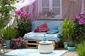 Terrasse mit selbstgebauter Couch aus Paletten