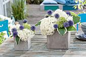 Gestecke aus Hortensienblueten und Kugeldistel