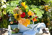 Kleiner Strauss mit essbaren Blüten im emaillierten Milchtopf