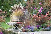 Herbstbeet mit Stauden, Gräsern und Dahlie