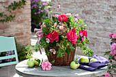 Strauss aus Rosa (Rosen), Sedum (Fetthenne), Euphorbia
