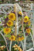 Herbstlicher Kranz aus Anthemis (Färberkamille), Sedum (Fetthenne)