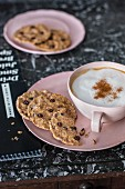 Vegane Chocolate Chip Cookies zum Cappuccino
