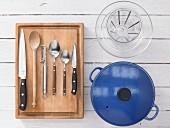 Küchengeräte die für die Zubereitung einer Hähnchen-Tajine benötigt werden