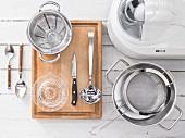 Küchengeräte die für die Zubereitung von Mandeldrink-Eis mit Granatapfelsirup benötigt werden