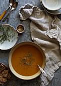 Kürbissuppe mit Kräutern (Draufsicht)