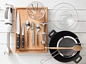 Küchengeräte die für die Zubereitung eines in der Kokosnuss servierten Fischcurrys benötigt werden