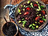 Schwarzer Reis mit Tomaten und Bohnen