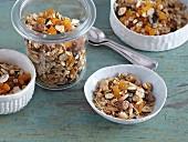 Granola mit Kokoschips und getrockneten Aprikosen