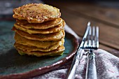 Zucchini-Mais-Pancakes, gestapelt