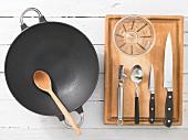 Küchengeräte für die Zubereitung von Garnelen süß-sauer aus dem Wok