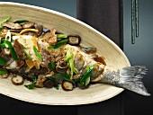 Geschmorter Fisch mit Schweinefleisch, Shiitakepilzen und Knoblauch