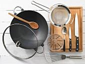 Küchengeräte die für die Zubereitung von geschmortem Fisch mit Schweinefleisch benötigt werden