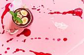 Rote-Bete-Suppe in Schale auf rosa Untergrund