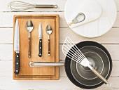 Küchenutensilien für die Zubereitung von Blattsalat mit Lammfilet