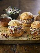 Pulled Pork Burger mit Ahornsirup-Senf