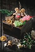 Lebkuchen als Weihnachtsbaum, Rentier und Schneeflocke im Holzkasten