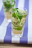 Virgin Mojitos mit Ginger Ale, Limetten und Minze in Gläsern
