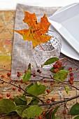 Herbstlich dekoriertes Tischgedeck mit Laubblatt als Namensschild