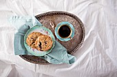 Heidelbeer-Streusel-Plätzchen und Kaffee zum Frühstück