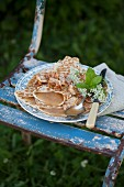 Mit Apfelmus gefüllte Pfannenkuchen auf einem nostalgischen Teller