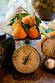 Kalifornische Clementinen auf einer antiken Küchenwaage