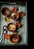 Glutenfreier Schokoladenpudding mit Avocado, Mandeldrink, Zimt, Cayennepfeffer, Meersalz, Haselnüssen und Kokosraspeln (Mexiko)