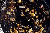 Ölreste in einer Pfanne nach dem Braten (Aufsicht)
