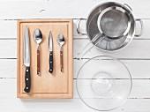 Küchenutensilien für die Nudelsalatzubereitung