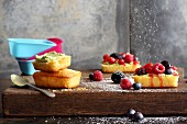 Mini sponge cakes with fruits