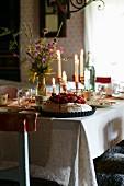 Pavlova auf festlich gedecktem Tisch