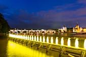 Blick auf die Karlsbrücke, davor leuchtende Pinguine, Prag, Tschechien