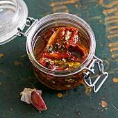 Selbst getrocknete Tomaten mit Kräutern in Olivenöl eingelegt