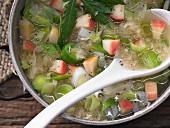 Sauerkraut-Suppe mit Äpfeln, Lauch, Majoran und Cidre