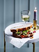 Sandwich mit knusprigem Speck und Apfel-Kohl-Salat