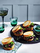 Sandwich mit gegrillter Rinderzunge, Rotwein-Rote Bete und Zwiebel