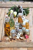 Verschiedene Weihnachtsgeschenke aus der Küche: Steinpilz-Thymian-Salz, Estragonessig, Steinpilzöl, Orangen-Cranberry-Senf und Kürbis-Apfel-Chutney