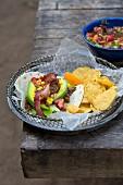 Tortilla mit Hackfleisch, Mais, Avocado, Salsa und Tortillachips