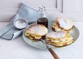 Buttermilch-Pancakes mit Ahornsirup und frischen Bananen