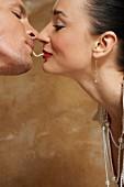 Verliebtes Paar isst eine Nudel
