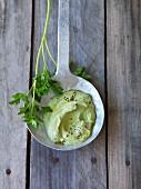 Vegane Petersilien-Avocadosauce mit Walnüssen