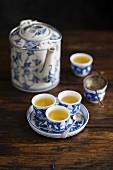 Grüner Tee in Kanne und Schälchen