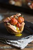 Pochiertes Ei und gebratene Tomaten im Brotnest