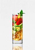 Sommerlicher Cocktail mit Früchten