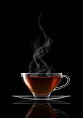 Schwarzer Tee in Glas-Teetasse und Untertasse