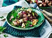 Salat aus gebratenem Gemüse mit frittierten Zwiebeln und Wurst