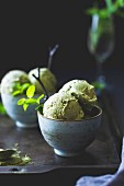 Matcha-Minz-Eis mit Chocolate Chips