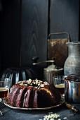 Schokoladen-Gugelhupf mit Frischkäsefüllung und Ganache