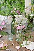 Wilde Blumensträuße auf einem abgenutzten Tisch vor dem Fenster