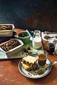 Weisser Schokoladenkuchen mit Kakaonibs